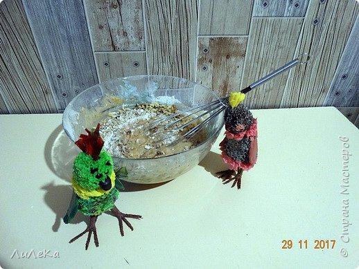 Пирог «Десяточка» или Кулинарное шоу попугаев – 10  С днём рождения, любимый сайт! Татьяна Николаевна, Ануп, Илюша, мои дорогие подруги-пчёлки и все-все-все виртуальные друзья, с праздником! Мы с попугаюшками счастливы принять участие в грандиозном чаепитии! Девчонки и мальчишки! А так же их родители! Страну нашу любимую поздравить не хотите ли? Пирог простой «Десяточка»  мы испечём сейчас, Надеемся, что наш рецепт  вас выручит не раз!  Юбилейное (ДЕСЯТОЕ!) кулинарное шоу попугаев начинается...  фото 7