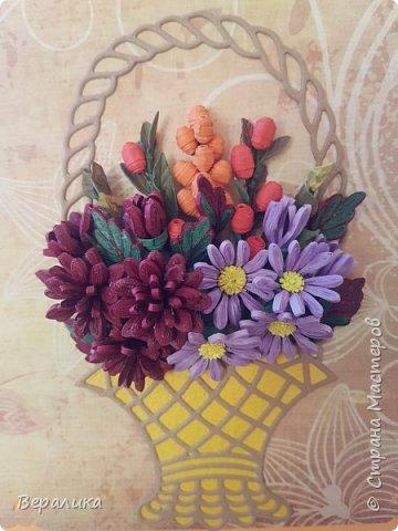 Начало ноября в Приморье, заморозки сильные по ночам, снег выпал, а у меня все цвела махровая хризантема : бардовая, желтая и белая. Вот решила бардовую запечатлеть в открыточке, добавив немахровую сиреневую хризантемку и ягодки облепихи и барбариса приморского.Карзинка- вырубка.  фото 3