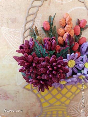 Начало ноября в Приморье, заморозки сильные по ночам, снег выпал, а у меня все цвела махровая хризантема : бардовая, желтая и белая. Вот решила бардовую запечатлеть в открыточке, добавив немахровую сиреневую хризантемку и ягодки облепихи и барбариса приморского.Карзинка- вырубка.  фото 4