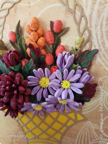 Начало ноября в Приморье, заморозки сильные по ночам, снег выпал, а у меня все цвела махровая хризантема : бардовая, желтая и белая. Вот решила бардовую запечатлеть в открыточке, добавив немахровую сиреневую хризантемку и ягодки облепихи и барбариса приморского.Карзинка- вырубка.  фото 2