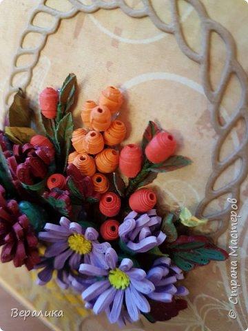 Начало ноября в Приморье, заморозки сильные по ночам, снег выпал, а у меня все цвела махровая хризантема : бардовая, желтая и белая. Вот решила бардовую запечатлеть в открыточке, добавив немахровую сиреневую хризантемку и ягодки облепихи и барбариса приморского.Карзинка- вырубка.  фото 8