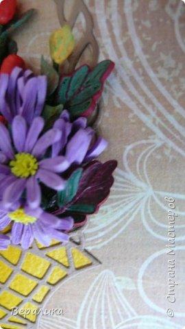 Начало ноября в Приморье, заморозки сильные по ночам, снег выпал, а у меня все цвела махровая хризантема : бардовая, желтая и белая. Вот решила бардовую запечатлеть в открыточке, добавив немахровую сиреневую хризантемку и ягодки облепихи и барбариса приморского.Карзинка- вырубка.  фото 7