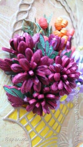 Начало ноября в Приморье, заморозки сильные по ночам, снег выпал, а у меня все цвела махровая хризантема : бардовая, желтая и белая. Вот решила бардовую запечатлеть в открыточке, добавив немахровую сиреневую хризантемку и ягодки облепихи и барбариса приморского.Карзинка- вырубка.  фото 5