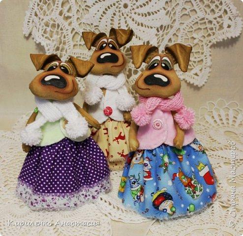 Добрый день! Очередные собачки в технике грунтованный текстиль. Конечно не последние. Новый год наступит уже через месяц, а столько не воплощено, времени катастрофически не хватает. Стоят недоделанные собачки другого плана. Ждут своей очереди. Не знаю дождутся ли. фото 1
