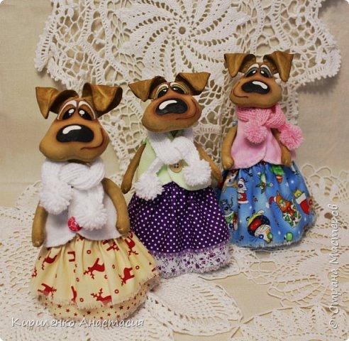 Добрый день! Очередные собачки в технике грунтованный текстиль. Конечно не последние. Новый год наступит уже через месяц, а столько не воплощено, времени катастрофически не хватает. Стоят недоделанные собачки другого плана. Ждут своей очереди. Не знаю дождутся ли. фото 3
