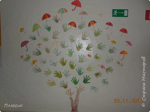 Рада поделиться идеей. Такое дерево выросло осенью в школе силами учеников начальных классов. Хотя потом захотели присоединиться и более старшие дети. Позднее появился и ёжик. Руки-стволы сделаны из сжатой кальки, потом покрашены краской, передавая кору дерева. фото 8