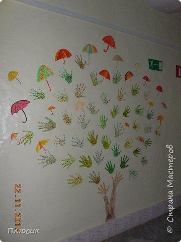 Рада поделиться идеей. Такое дерево выросло осенью в школе силами учеников начальных классов. Хотя потом захотели присоединиться и более старшие дети. Позднее появился и ёжик. Руки-стволы сделаны из сжатой кальки, потом покрашены краской, передавая кору дерева. фото 9