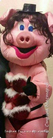 Ростовую куклу Свинку Люсю делали вместе с мужем.Люся работает на банкетах и приносит массу удовольствия приглашённым гостям. фото 1