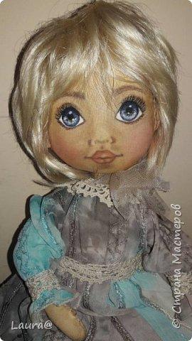 В душе мы все остаемся маленькими детьми, которые тащатся от воздушных шариков, замирают при виде праздничной елки и не могут жить без шоколада, а куклы занимают целую часть жизни каждой женщины. Даже очень взрослой)))  Вчера у нас родилась текстильная куколка. Она живая и очень покладистая девочка. Послушная и скромная, теплая и душевная. Рост 25см. Боится воды - только сухая чистка.  фото 6