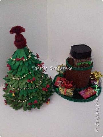 Здравствуйте, жители Страны Мастеров! Близится Новый год, самый волшебный праздник. Хочется уже создать себе и близким новогоднее настроение. Начинаем делать новогодние подарки! У меня родилась вот такая елочка с сюрпризом. А сделана она из яичных контейнеров! Хочу поделиться с вами процессом ее изготовления. Буду рада, если кому-нибудь пригодится. фото 2