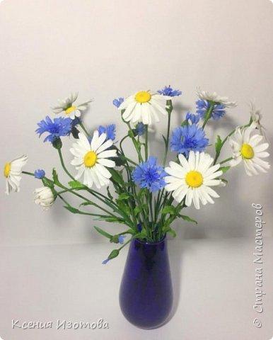 """""""В чистом поле прекрасный цветок – Родилась в платье белом ромашка, И влюбился в неё василёк – Мальчик в ярко – синей рубашке."""" (автор стихов Александр Курако) Интерьерная композиция """"Васильки с ромашками"""" из холодного фарфора. Лепила 7 ночей, хотела сделать больше, но в вазочку больше не поместилось) фото 1"""