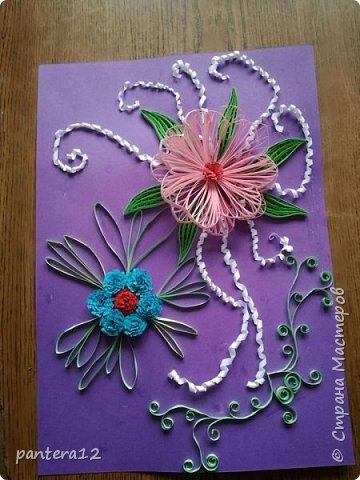 Новое творение. Большой цветок делала на доске с использованием иголок и трафарета,который нарисовала сама. Листики выполняла на гребне,делала по 4 штучки,затем склеивала их в месте и обматывала полоской. Маленькие цветочки делала из бахромы,листочки для них просто складывала пополам полосу.
