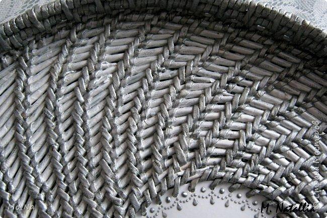 Всем привет!!! Очередные придумки плетения в технике имметация корнем.  Подносик со смещённым центром. Кружок из крышки пластикового ведёрка с дырочками горячим гвоздём. Начало как обычно, но через несколько рядов с одной стороны начала добавлять дополнительные ряды. В выбранной точке оставляю основное плетение и беру дополнительную основу и рабочую, проплетаю сколько надо, закрепляю. возвращаюсь к основным и продолжаю плетение, сделав круг до примерно той точки где начинала плести дополнительный ряд и всё повторяю, следя, чтобы овал вытягивался равномерно. Трубочки окрашены акриловой серебрянкой. фото 7