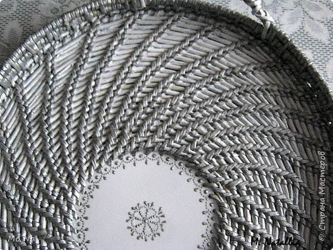 Всем привет!!! Очередные придумки плетения в технике имметация корнем.  Подносик со смещённым центром. Кружок из крышки пластикового ведёрка с дырочками горячим гвоздём. Начало как обычно, но через несколько рядов с одной стороны начала добавлять дополнительные ряды. В выбранной точке оставляю основное плетение и беру дополнительную основу и рабочую, проплетаю сколько надо, закрепляю. возвращаюсь к основным и продолжаю плетение, сделав круг до примерно той точки где начинала плести дополнительный ряд и всё повторяю, следя, чтобы овал вытягивался равномерно. Трубочки окрашены акриловой серебрянкой. фото 8