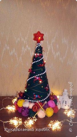 Основа для елки бумажный конус и поддон для цветов. В качестве материала для декора использовала пряжу для вязания, гирлянду на батарейках, всевозможные бусины и бантики из лент. Спицы сделаны из деревянных шпажек, которые покрашены золотой акриловой краской и полубусин. фото 4