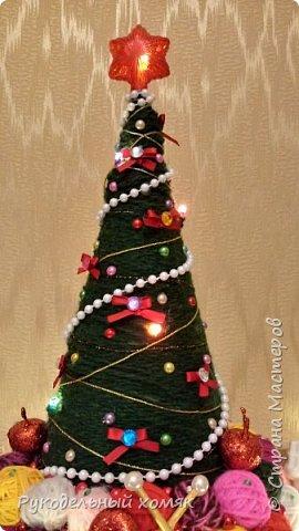 Основа для елки бумажный конус и поддон для цветов. В качестве материала для декора использовала пряжу для вязания, гирлянду на батарейках, всевозможные бусины и бантики из лент. Спицы сделаны из деревянных шпажек, которые покрашены золотой акриловой краской и полубусин. фото 5