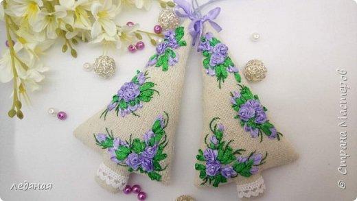 """а Вы видели как цветут елки? А у меня в этом году цветут! Парочка вышитых елочек на елочку, как я их называю! Ножка -корица, для новогоднего аромата! Розочки выполнены лентой 3мм в технике """"паутинка"""" фото 2"""