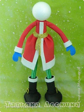 Приветствую всех, заглянувших ко мне на страничку! Снегурочку я уже представляла, а теперь знакомьтесь- Дед Мороз. Интерьерная кукла, выполнен полностью из фоамирана различной толщины. Ноги-руки гнутся. Ростом около 30 см без шапочки, шапка и мешок- съёмные, в мешок можно положить небольшой сувенир. фото 2