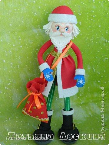 Приветствую всех, заглянувших ко мне на страничку! Снегурочку я уже представляла, а теперь знакомьтесь- Дед Мороз. Интерьерная кукла, выполнен полностью из фоамирана различной толщины. Ноги-руки гнутся. Ростом около 30 см без шапочки, шапка и мешок- съёмные, в мешок можно положить небольшой сувенир. фото 1