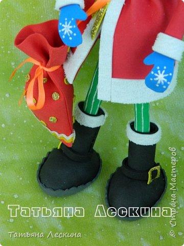 Приветствую всех, заглянувших ко мне на страничку! Снегурочку я уже представляла, а теперь знакомьтесь- Дед Мороз. Интерьерная кукла, выполнен полностью из фоамирана различной толщины. Ноги-руки гнутся. Ростом около 30 см без шапочки, шапка и мешок- съёмные, в мешок можно положить небольшой сувенир. фото 6