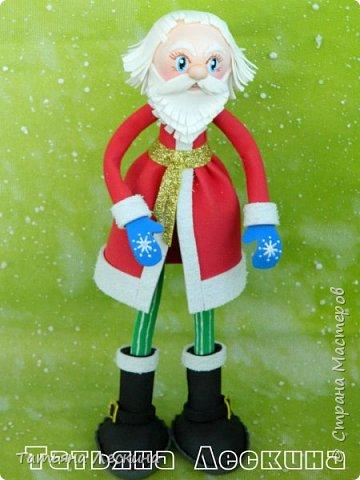 Приветствую всех, заглянувших ко мне на страничку! Снегурочку я уже представляла, а теперь знакомьтесь- Дед Мороз. Интерьерная кукла, выполнен полностью из фоамирана различной толщины. Ноги-руки гнутся. Ростом около 30 см без шапочки, шапка и мешок- съёмные, в мешок можно положить небольшой сувенир. фото 3