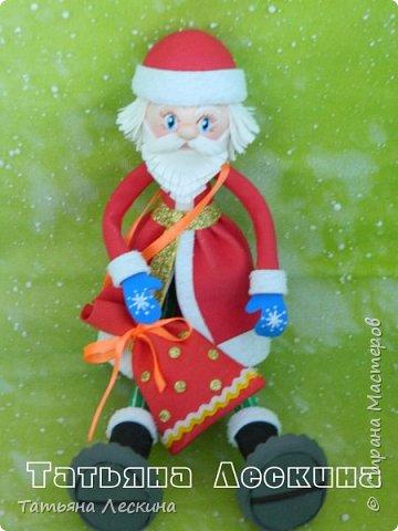 Приветствую всех, заглянувших ко мне на страничку! Снегурочку я уже представляла, а теперь знакомьтесь- Дед Мороз. Интерьерная кукла, выполнен полностью из фоамирана различной толщины. Ноги-руки гнутся. Ростом около 30 см без шапочки, шапка и мешок- съёмные, в мешок можно положить небольшой сувенир. фото 4