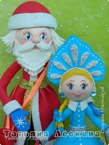 Приветствую всех, заглянувших ко мне на страничку! Снегурочку я уже представляла, а теперь знакомьтесь- Дед Мороз. Интерьерная кукла, выполнен полностью из фоамирана различной толщины. Ноги-руки гнутся. Ростом около 30 см без шапочки, шапка и мешок- съёмные, в мешок можно положить небольшой сувенир. фото 7