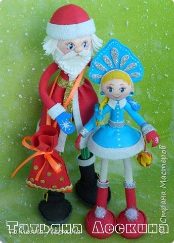Приветствую всех, заглянувших ко мне на страничку! Снегурочку я уже представляла, а теперь знакомьтесь- Дед Мороз. Интерьерная кукла, выполнен полностью из фоамирана различной толщины. Ноги-руки гнутся. Ростом около 30 см без шапочки, шапка и мешок- съёмные, в мешок можно положить небольшой сувенир. фото 5