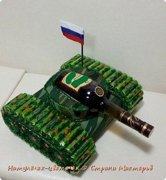 Простенький танк. Думала, думала как оформить эту бутылку и придумала. На танк ушло 800г конфет. фото 2