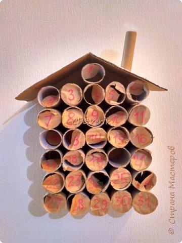 В этом году делала два Адвент -календаря. Идей в интернете масса. Покажу свою реализацию. Материалы, инструменты: втулки от туалетной бумаги, картон, клей, упаковочная бумага, джутовая нить, ножницы. фото 4