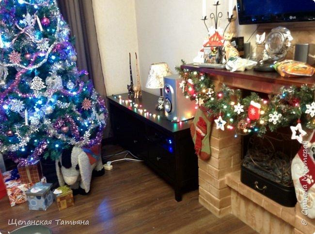 Уже календарная зима началась, а снега все нет... Вот и елку на площади поставили, а смотрится она без снега как-то уныло... Но праздника-то хочется! Нашла прошлогоднюю новогоднюю фотографию с моим любимым камином, портал которого мы с мужем самолично из кирпичей выкладывали, а уже потом я раскрашивала. К сожалению, более детальных фото пока нет - в комнате небольшой ремонт, но как только все разгребем, сфотографирую более подробно. Главное - настроение! Кстати, ослик под елкой тоже самодельный, шила его 20 с лишним лет назад для сына как раз под Новый год.