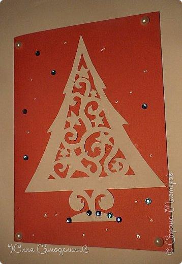 Всем привет!!! Поздравляю с первым днём зимы) У нас в Москве сейчас идёт снег, и у меня новогоднее настроение!!! Я начала делать открытки на Новый Год и Рождество своим близким и друзьям) Сегодня мне хотелось бы показать Вам некоторые из них. Вот первая открытка. Как видите, из белой бумаги вырезана балерина (по шаблону) , а основой служит бархатная бумага. Так же в работе использованы самоклеющиеся полубусины и вырезки из цветной бумаги. фото 4
