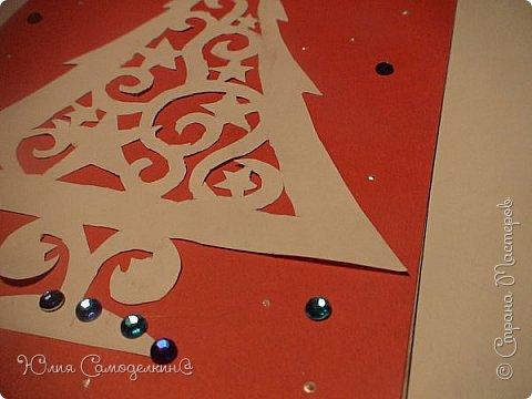 Всем привет!!! Поздравляю с первым днём зимы) У нас в Москве сейчас идёт снег, и у меня новогоднее настроение!!! Я начала делать открытки на Новый Год и Рождество своим близким и друзьям) Сегодня мне хотелось бы показать Вам некоторые из них. Вот первая открытка. Как видите, из белой бумаги вырезана балерина (по шаблону) , а основой служит бархатная бумага. Так же в работе использованы самоклеющиеся полубусины и вырезки из цветной бумаги. фото 5