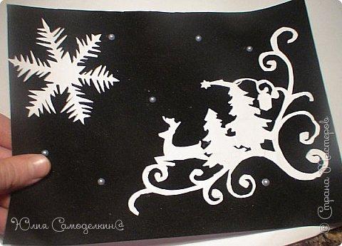 Всем привет!!! Поздравляю с первым днём зимы) У нас в Москве сейчас идёт снег, и у меня новогоднее настроение!!! Я начала делать открытки на Новый Год и Рождество своим близким и друзьям) Сегодня мне хотелось бы показать Вам некоторые из них. Вот первая открытка. Как видите, из белой бумаги вырезана балерина (по шаблону) , а основой служит бархатная бумага. Так же в работе использованы самоклеющиеся полубусины и вырезки из цветной бумаги. фото 6