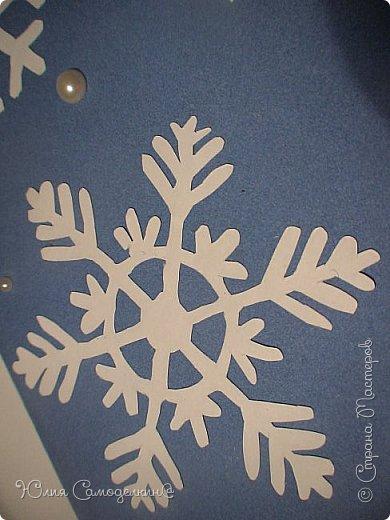 Всем привет!!! Поздравляю с первым днём зимы) У нас в Москве сейчас идёт снег, и у меня новогоднее настроение!!! Я начала делать открытки на Новый Год и Рождество своим близким и друзьям) Сегодня мне хотелось бы показать Вам некоторые из них. Вот первая открытка. Как видите, из белой бумаги вырезана балерина (по шаблону) , а основой служит бархатная бумага. Так же в работе использованы самоклеющиеся полубусины и вырезки из цветной бумаги. фото 11