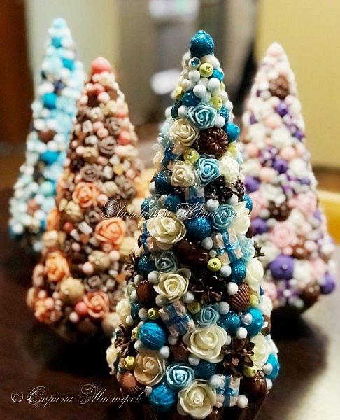 """Все привет. Все, как и в прошлом блоге  http://stranamasterov.ru/node/1121578 Основа - конус из монтажной пены, низ - из гипса, бусины, """"подарочки"""" из пеноплекса, обернутого обоями и атласной ленточкой, клубочки ниток - акриловая пряжа, готовые цветочки из фоамирана ... Шоколадные конфеты  - гипс, окраска, лакировка. Это фото сделал сосед по работе, в нашем местном уютном кафе... фото 2"""