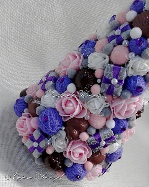 """Все привет. Все, как и в прошлом блоге  http://stranamasterov.ru/node/1121578 Основа - конус из монтажной пены, низ - из гипса, бусины, """"подарочки"""" из пеноплекса, обернутого обоями и атласной ленточкой, клубочки ниток - акриловая пряжа, готовые цветочки из фоамирана ... Шоколадные конфеты  - гипс, окраска, лакировка. Это фото сделал сосед по работе, в нашем местном уютном кафе... фото 4"""