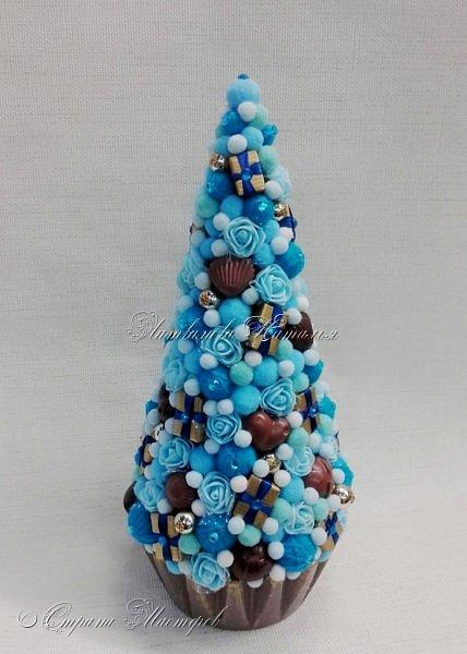 """Все привет. Все, как и в прошлом блоге  http://stranamasterov.ru/node/1121578 Основа - конус из монтажной пены, низ - из гипса, бусины, """"подарочки"""" из пеноплекса, обернутого обоями и атласной ленточкой, клубочки ниток - акриловая пряжа, готовые цветочки из фоамирана ... Шоколадные конфеты  - гипс, окраска, лакировка. Это фото сделал сосед по работе, в нашем местном уютном кафе... фото 7"""