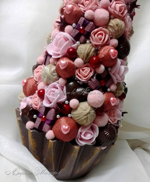 """Все привет. Все, как и в прошлом блоге  https://stranamasterov.ru/node/1121578 Основа - конус из монтажной пены, низ - из гипса, бусины, """"подарочки"""" из пеноплекса, обернутого обоями и атласной ленточкой, клубочки ниток - акриловая пряжа, готовые цветочки из фоамирана ... Шоколадные конфеты  - гипс, окраска, лакировка. Это фото сделал сосед по работе, в нашем местном уютном кафе... фото 11"""