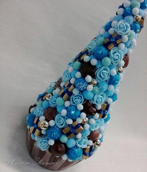 """Все привет. Все, как и в прошлом блоге  http://stranamasterov.ru/node/1121578 Основа - конус из монтажной пены, низ - из гипса, бусины, """"подарочки"""" из пеноплекса, обернутого обоями и атласной ленточкой, клубочки ниток - акриловая пряжа, готовые цветочки из фоамирана ... Шоколадные конфеты  - гипс, окраска, лакировка. Это фото сделал сосед по работе, в нашем местном уютном кафе... фото 8"""