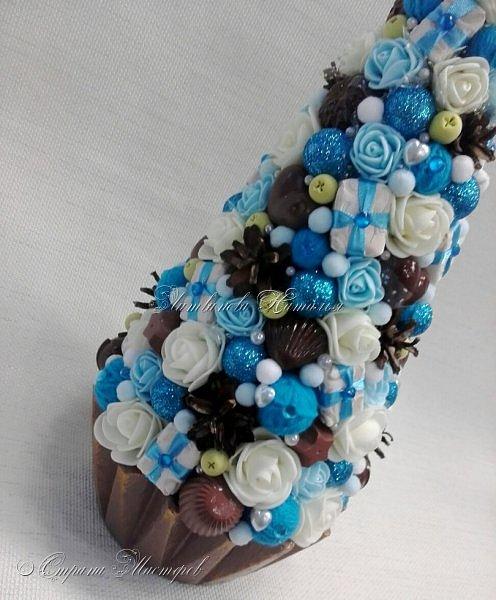"""Все привет. Все, как и в прошлом блоге  http://stranamasterov.ru/node/1121578 Основа - конус из монтажной пены, низ - из гипса, бусины, """"подарочки"""" из пеноплекса, обернутого обоями и атласной ленточкой, клубочки ниток - акриловая пряжа, готовые цветочки из фоамирана ... Шоколадные конфеты  - гипс, окраска, лакировка. Это фото сделал сосед по работе, в нашем местном уютном кафе... фото 13"""