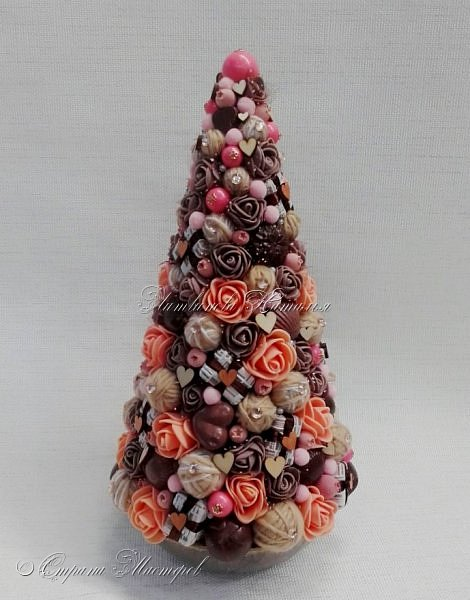 """Все привет. Все, как и в прошлом блоге  http://stranamasterov.ru/node/1121578 Основа - конус из монтажной пены, низ - из гипса, бусины, """"подарочки"""" из пеноплекса, обернутого обоями и атласной ленточкой, клубочки ниток - акриловая пряжа, готовые цветочки из фоамирана ... Шоколадные конфеты  - гипс, окраска, лакировка. Это фото сделал сосед по работе, в нашем местном уютном кафе... фото 5"""