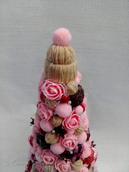 """Все привет. Все, как и в прошлом блоге  http://stranamasterov.ru/node/1121578 Основа - конус из монтажной пены, низ - из гипса, бусины, """"подарочки"""" из пеноплекса, обернутого обоями и атласной ленточкой, клубочки ниток - акриловая пряжа, готовые цветочки из фоамирана ... Шоколадные конфеты  - гипс, окраска, лакировка. Это фото сделал сосед по работе, в нашем местном уютном кафе... фото 10"""