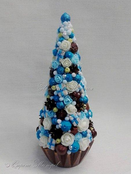 """Все привет. Все, как и в прошлом блоге  http://stranamasterov.ru/node/1121578 Основа - конус из монтажной пены, низ - из гипса, бусины, """"подарочки"""" из пеноплекса, обернутого обоями и атласной ленточкой, клубочки ниток - акриловая пряжа, готовые цветочки из фоамирана ... Шоколадные конфеты  - гипс, окраска, лакировка. Это фото сделал сосед по работе, в нашем местном уютном кафе... фото 12"""