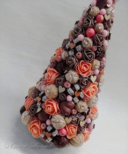 """Все привет. Все, как и в прошлом блоге  http://stranamasterov.ru/node/1121578 Основа - конус из монтажной пены, низ - из гипса, бусины, """"подарочки"""" из пеноплекса, обернутого обоями и атласной ленточкой, клубочки ниток - акриловая пряжа, готовые цветочки из фоамирана ... Шоколадные конфеты  - гипс, окраска, лакировка. Это фото сделал сосед по работе, в нашем местном уютном кафе... фото 6"""