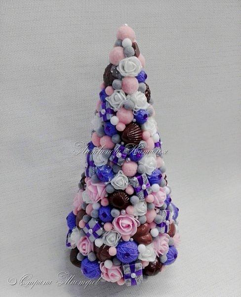 """Все привет. Все, как и в прошлом блоге  http://stranamasterov.ru/node/1121578 Основа - конус из монтажной пены, низ - из гипса, бусины, """"подарочки"""" из пеноплекса, обернутого обоями и атласной ленточкой, клубочки ниток - акриловая пряжа, готовые цветочки из фоамирана ... Шоколадные конфеты  - гипс, окраска, лакировка. Это фото сделал сосед по работе, в нашем местном уютном кафе... фото 3"""