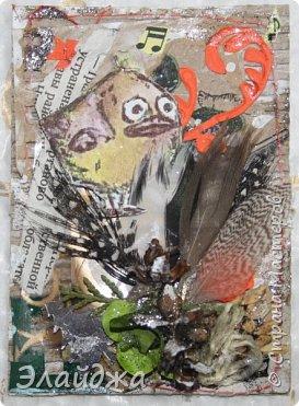 """Привет Всем! Новый год полным ходом идет по Стране Мастеров, вот и у меня  сложились такие   АТСки  серия """"Птички""""  тема """"В ожидании зимы"""". У многих  уже снег за окном, а мы его еще ожидаем. Вот такие милые пучеглазики высматривают приближение зимы.  Карточки сделаны  из остатков разных бумажек, газет, картона, разные перышки,кружево,  веточки, сухоцветы, маленькие шишечки от туи. (Это девочки я стол убирала перед покрытием лаком своих игрушек ватных. Вот насобирала материалов ... аж на новую серию....Мой Хомяк не позволяет выбросить в мусор  остатки ..все в дело! А цветочек зеленый нашла всего один...разпотрошила его и  все-всем карточкам хватило! фото 8"""