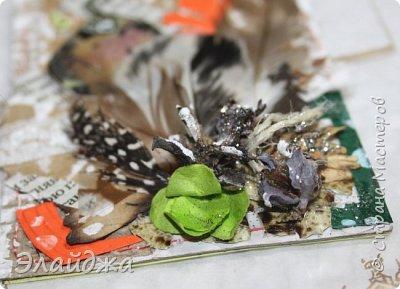 """Привет Всем! Новый год полным ходом идет по Стране Мастеров, вот и у меня  сложились такие   АТСки  серия """"Птички""""  тема """"В ожидании зимы"""". У многих  уже снег за окном, а мы его еще ожидаем. Вот такие милые пучеглазики высматривают приближение зимы.  Карточки сделаны  из остатков разных бумажек, газет, картона, разные перышки,кружево,  веточки, сухоцветы, маленькие шишечки от туи. (Это девочки я стол убирала перед покрытием лаком своих игрушек ватных. Вот насобирала материалов ... аж на новую серию....Мой Хомяк не позволяет выбросить в мусор  остатки ..все в дело! А цветочек зеленый нашла всего один...разпотрошила его и  все-всем карточкам хватило! фото 13"""