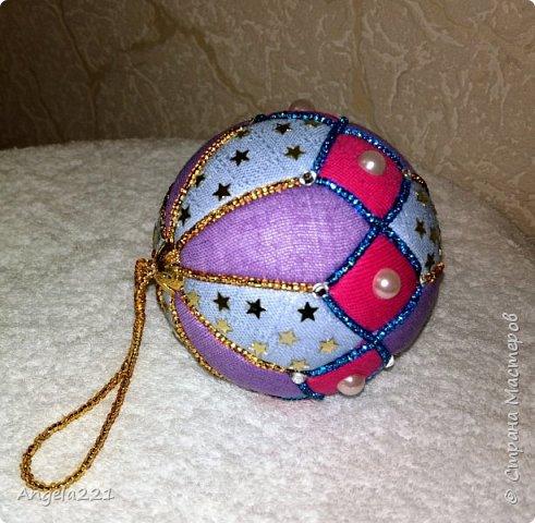 Пристраиваем остатки бисерной вышивки. Вместо шнура при декоре шара — бисер, нанизанный на нитку. фото 2