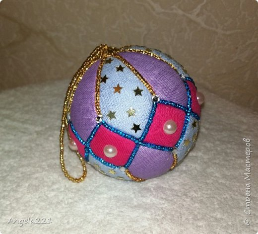 Пристраиваем остатки бисерной вышивки. Вместо шнура при декоре шара — бисер, нанизанный на нитку. фото 1